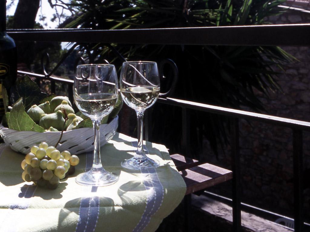 balcone-poggiolo-bicchieri-vino-saglietto