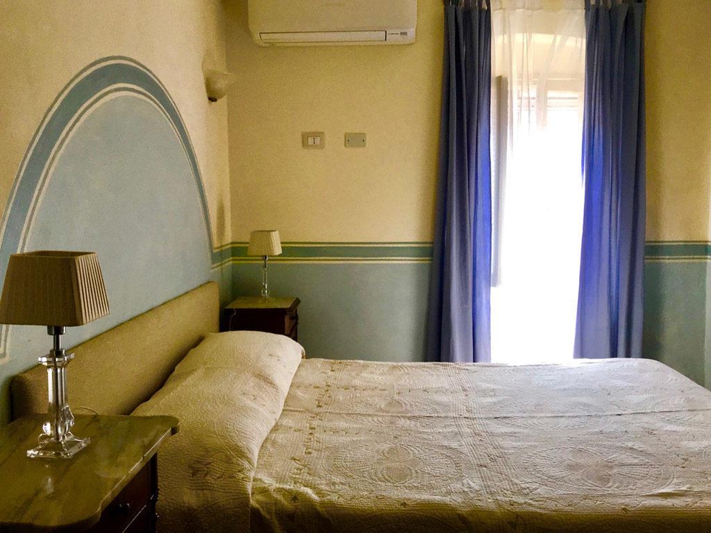 letto-matrimoniale-camera-borgo-vecchio2