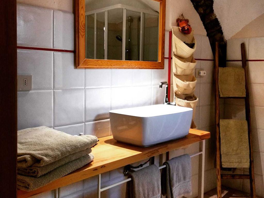 bagno-saglietto-muro-pietra-poggiolo