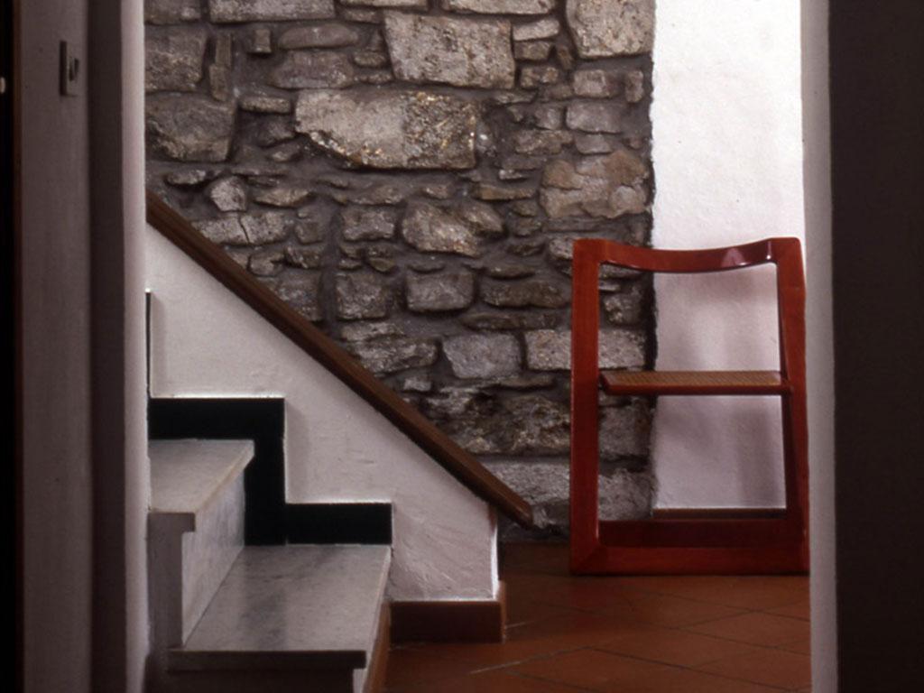 borgo-vecchio-2-sedia-rossa-muro-pietra