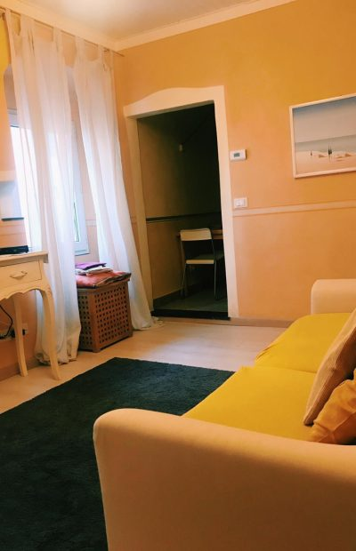 scorcio-zona-divano-giallo-borgo1-